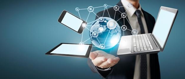 Dispositivos de tecnologia de tecnologia conectados uns aos outros nas mãos