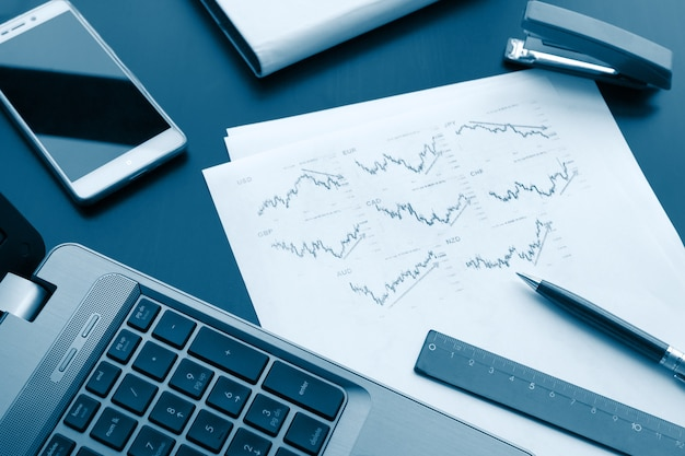 Dispositivos digitais e papel gráfico com caneta