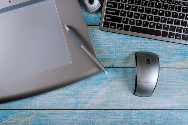 Dispositivos digitais no laptop e mesa de escritório tablet gráfico