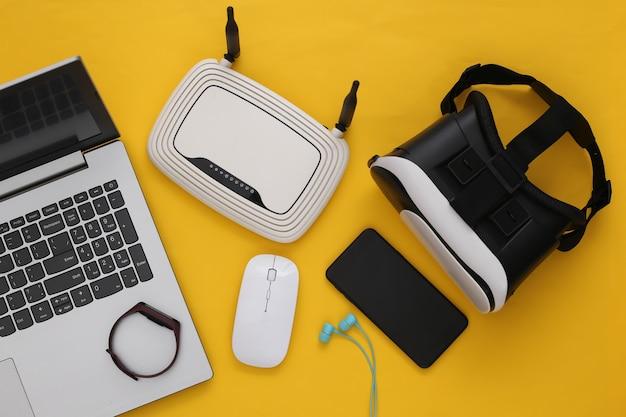 Dispositivos e dispositivos modernos da juventude em fundo amarelo. vista do topo. postura plana