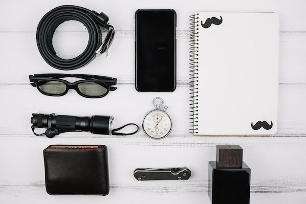 Dispositivos masculinos e acessórios na mesa