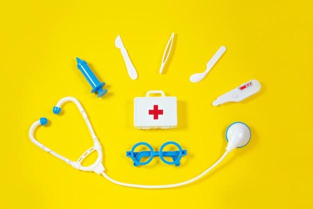 Dispositivos médicos de brinquedo em um amarelo. instrumentos médicos infantis