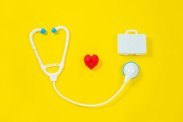 Dispositivos médicos de brinquedo em um fundo amarelo.