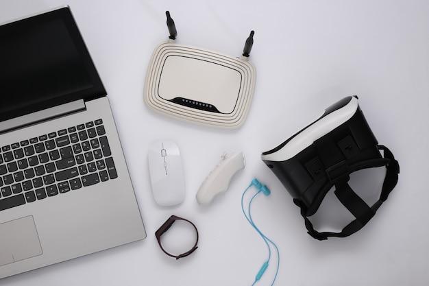 Dispositivos modernos da juventude em um fundo branco. vista do topo. postura plana