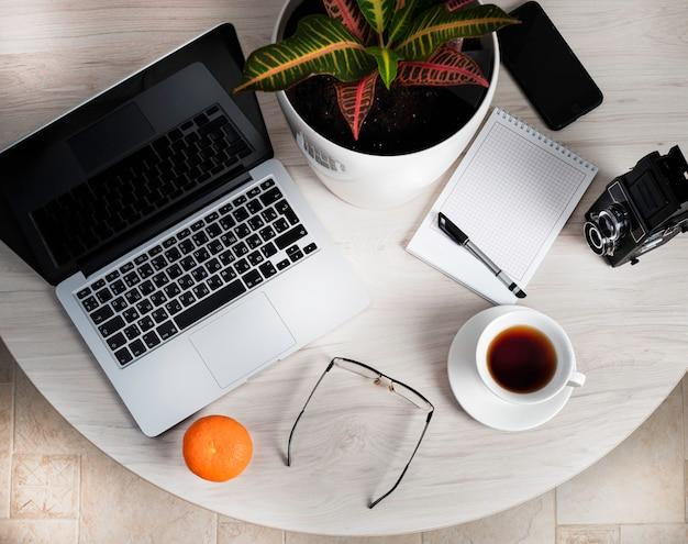 Dispositivos modernos em uma mesa redonda leve no escritório