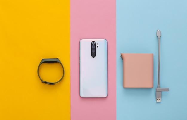 Dispositivos modernos. smartphone, pulseira inteligente e pastel power bank