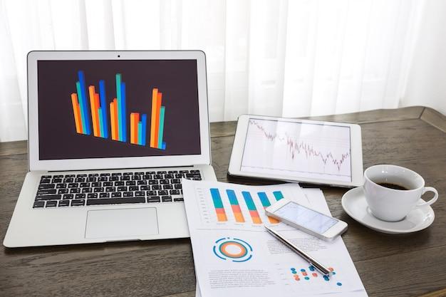 Dispositivos tecnológicos com documentos estatísticas