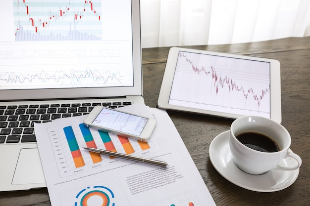Dispositivos tecnológicos com relatórios financeiros
