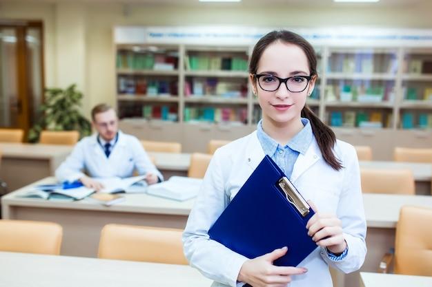 Dissertação de doutorado. plano de fundo um estudante de medicina para livros didáticos na escola de enfermagem.