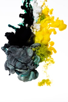 Dissolvendo lentamente tintas coloridas