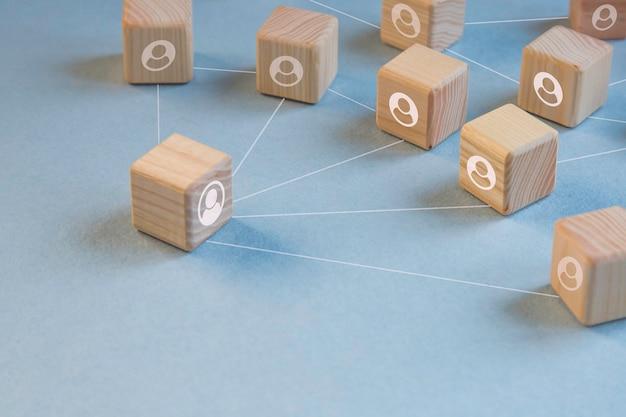 Distanciamento social, bloco de madeira do ícone. mantenha distância. conceito de distanciamento físico e social.