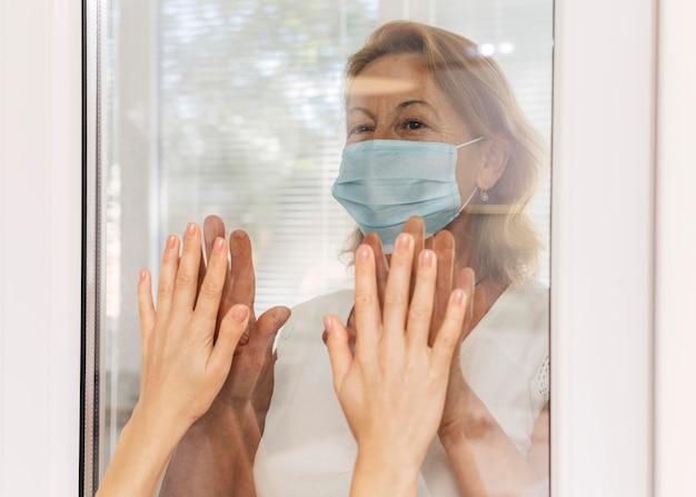 Distanciamento social da mulher da família devido ao coronavírus