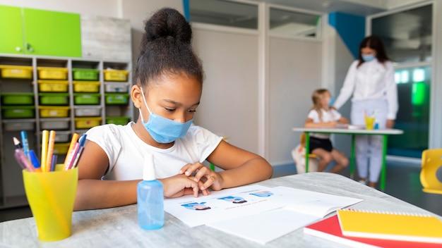 Distanciamento social de crianças na aula
