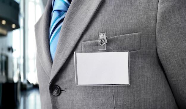 Distintivo em branco branco no torso de um homem