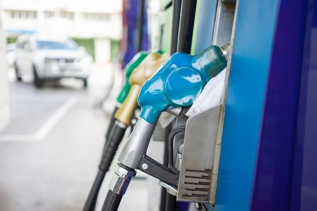 Distribuidor de combustível de carro no centro de distribuição de óleo conceito de viagem reduzir