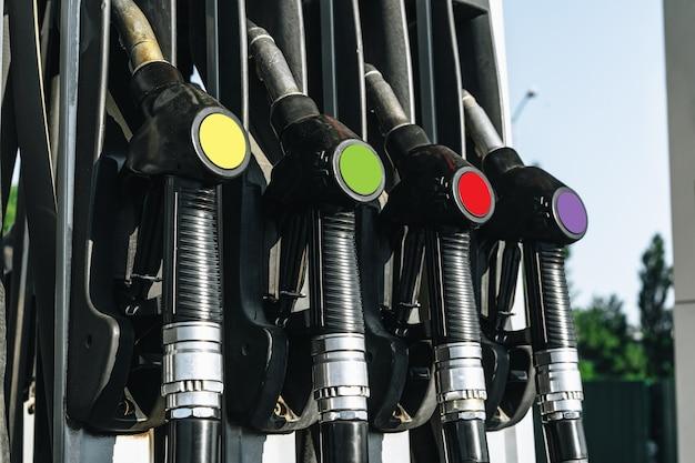 Distribuidores de gasolina colorul em posto de gasolina