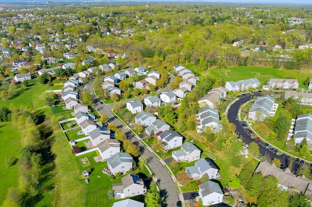 Distrito de pequena cidade americana com casas e estradas na paisagem vista aérea.