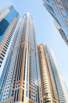 Distrito empresarial moderno do dubai com prédios de escritórios e apartamentos.