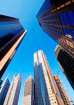 Distrito financeiro moderno, com edifícios em construção.
