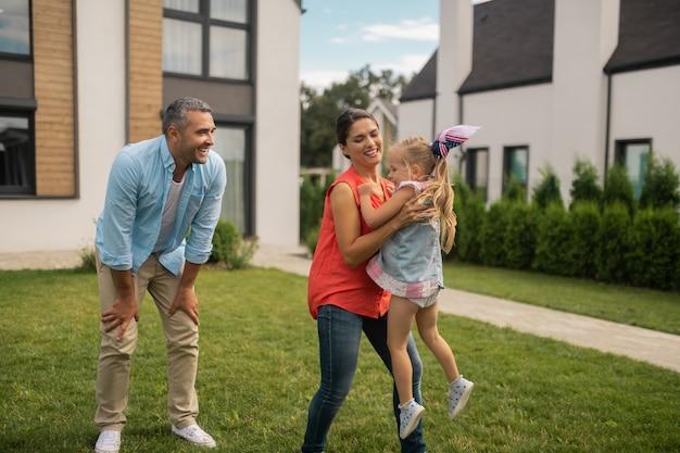Diversão com os pais. linda filha loira se divertindo se divertindo com os pais