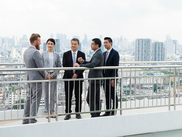 Diversão de briefing empresarial apresentando apresentando