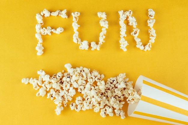 Diversão de inscrição de pipoca. o conceito de filmes caseiros e filmes no cinema. pipoca de grãos de milho.