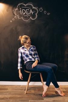 Diversão de negócios mulher pelo quadro-negro