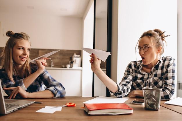 Diversão de negócios papel plano equipe trabalho