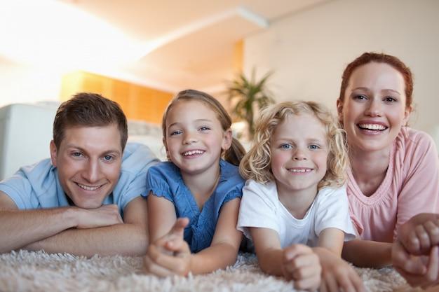 Diversão em família, doméstico, descansar, deitado