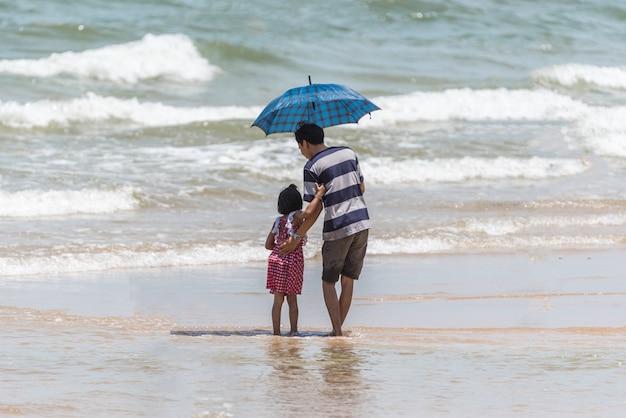 Diversão feliz de pessoas asiáticas jogando na praia mar viagens