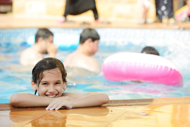 Diversão infantil brincando com água na piscina de verão