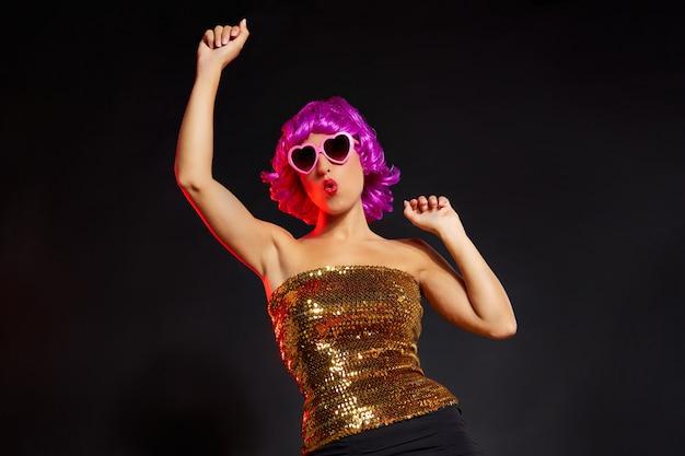Diversão menina peruca roxa dançando com óculos de coração