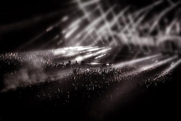 Diversão, pessoas, multidão na festa do concerto, luz de fundo de discoteca