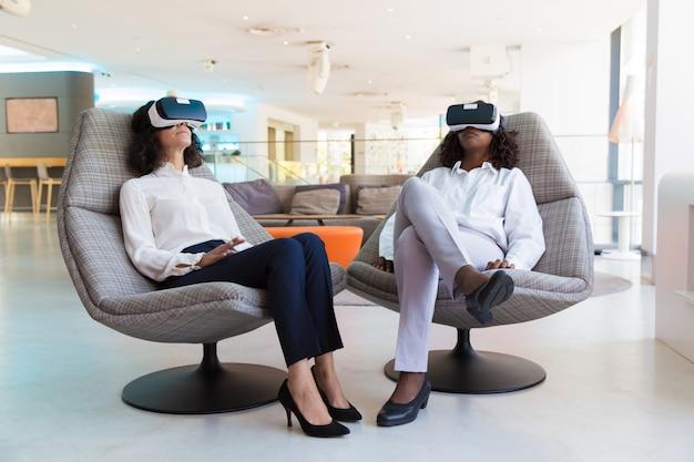 Diversas colegas femininas em óculos de realidade virtual