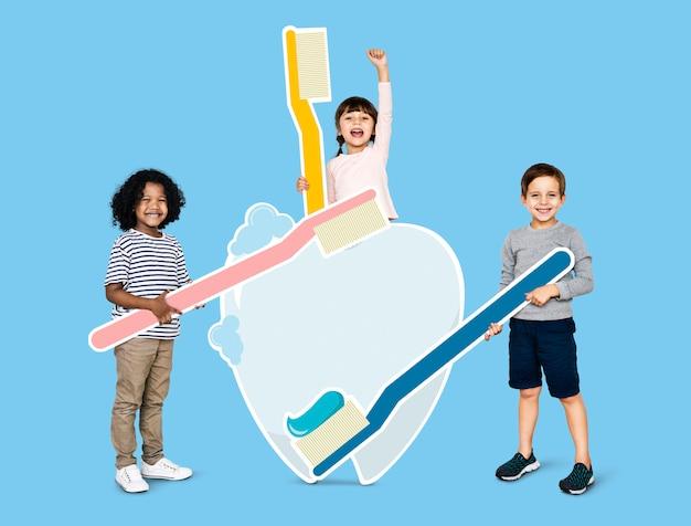 Diversas crianças aprendendo sobre atendimento odontológico