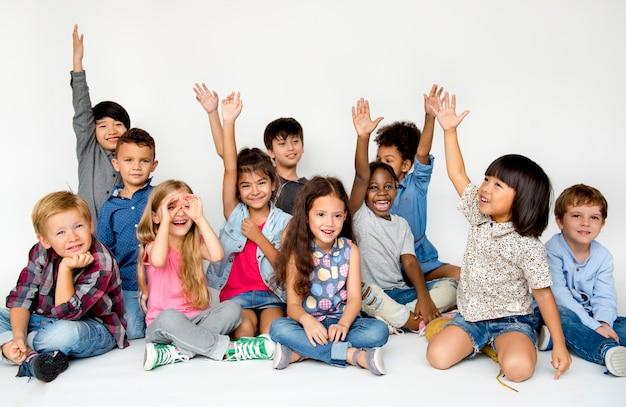 Diversas crianças atirar