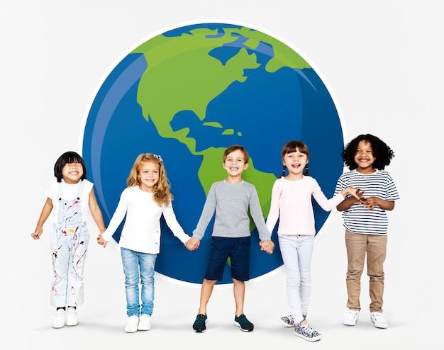 Diversas crianças espalhando a consciência ambiental