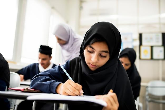 Diversas crianças muçulmanas estudando em sala de aula