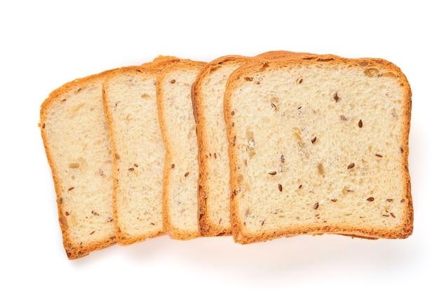 Diversas fatias torram pão com sementes de abóbora, papoula, linho, girassol, gergelim e painço isoladas na mesa branca para uma nutrição adequada. vista superior, configuração plana