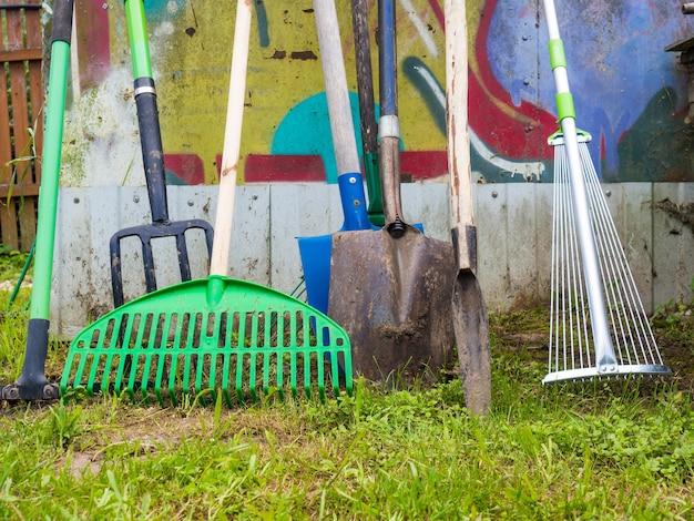 Diversas ferramentas de jardim antigas, conceito de jardinagem