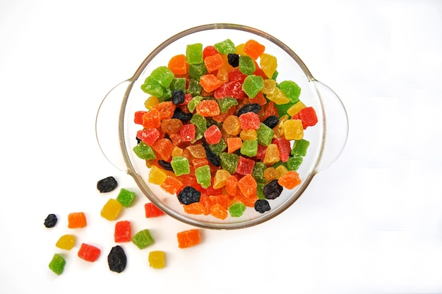 Diversas frutas cristalizadas em um prato de vidro branco