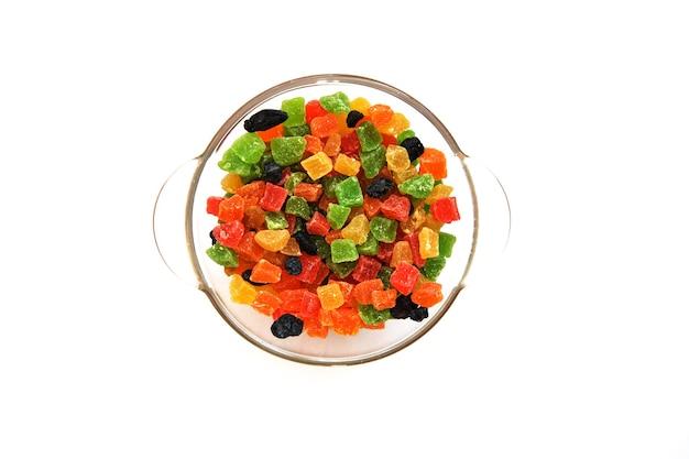 Diversas frutas cristalizadas em um prato de vidro