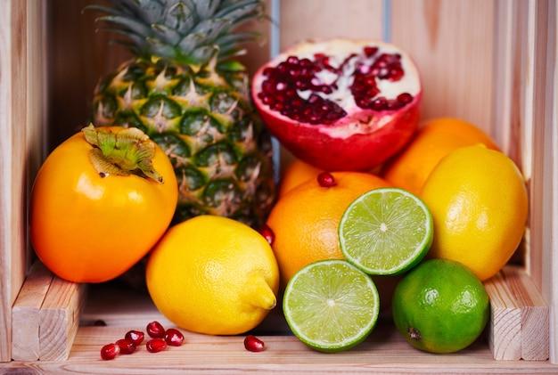 Diversas frutas exóticas em engradado de madeira