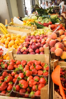 Diversas frutas frescas em caixas no mercado