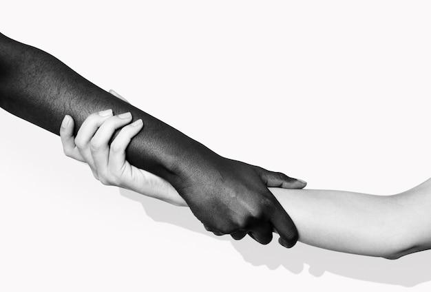 Diversas mãos segurando uma a outra para postagem na mídia social do movimento blm