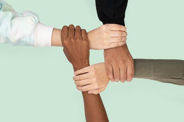 Diversas mãos uniram o gesto de trabalho em equipe de negócios