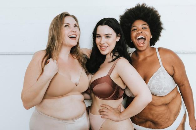 Diversas mulheres abraçando seus corpos naturais