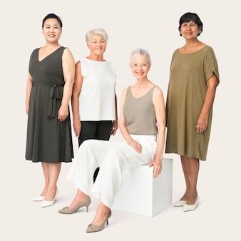 Diversas mulheres maduras em retrato de estúdio de roupas casuais