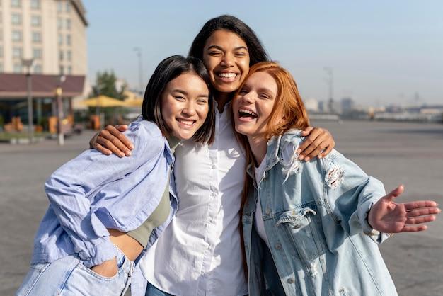 Diversas mulheres posando sorrindo