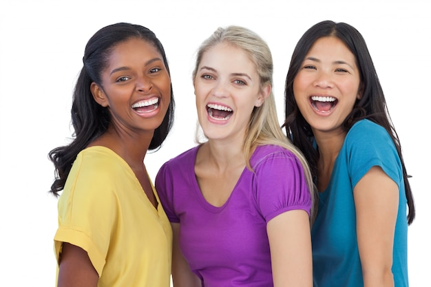 Diversas mulheres rindo olhando para a câmera